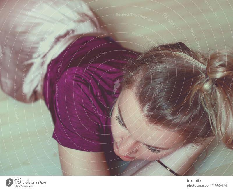 Langeweile Mensch Frau Jugendliche Junge Frau Einsamkeit ruhig 18-30 Jahre Erwachsene feminin liegen 13-18 Jahre authentisch lernen einzigartig schlafen