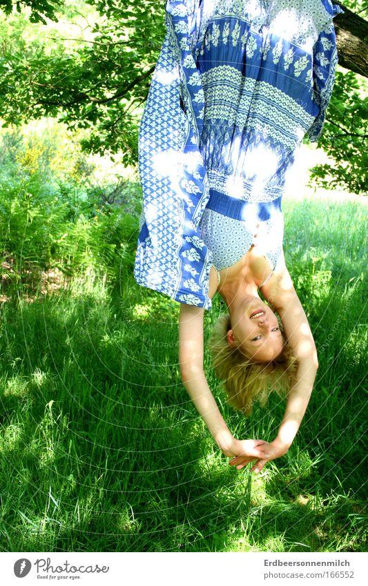 Die Seele mal baumeln lassen Natur Jugendliche schön Baum Sonne Sommer Freude ruhig Erholung Wiese Glück frisch authentisch Fröhlichkeit leuchten Sicherheit