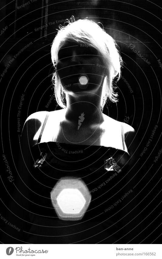 Gegen das Licht Mensch Jugendliche weiß schwarz dunkel feminin Haare & Frisuren Kopf hell Haut blond Erwachsene Porträt Frau ästhetisch stehen