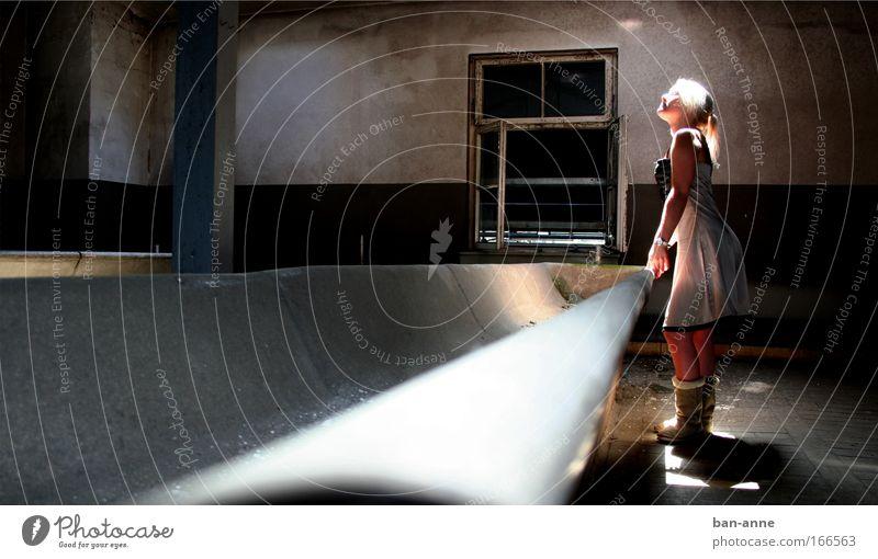Hände waschen nicht vergessen Mensch feminin Junge Frau Jugendliche 1 18-30 Jahre Erwachsene Menschenleer Industrieanlage stehen leuchten hell ruhig Verfall