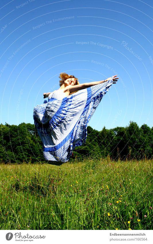 Himmelhochjauchzend. Mensch Jugendliche schön Sommer Freude Wiese feminin springen Gras Glück Luft Zufriedenheit blond Erwachsene