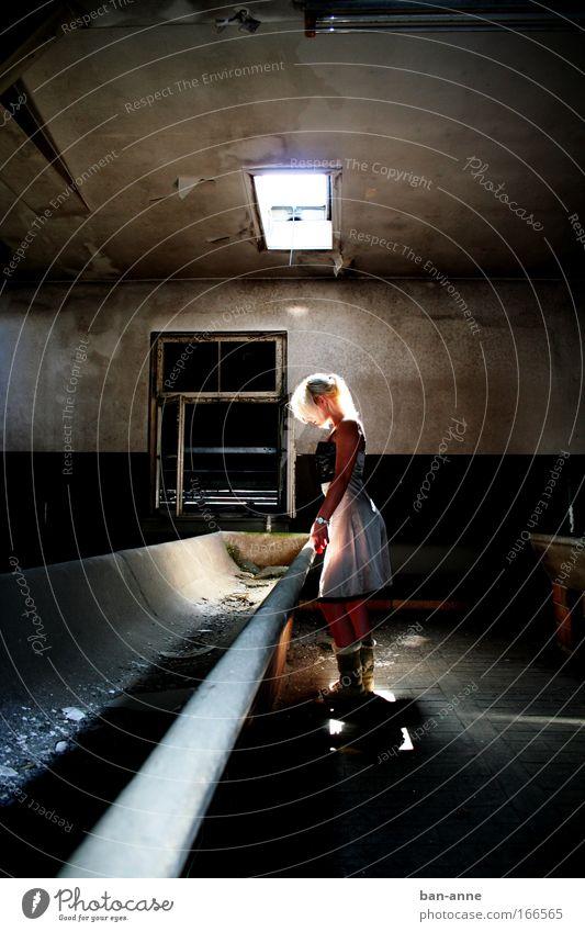 Leer Mensch Jugendliche ruhig Erwachsene feminin Architektur hell Raum blond warten Beton stehen leuchten trist Kleid
