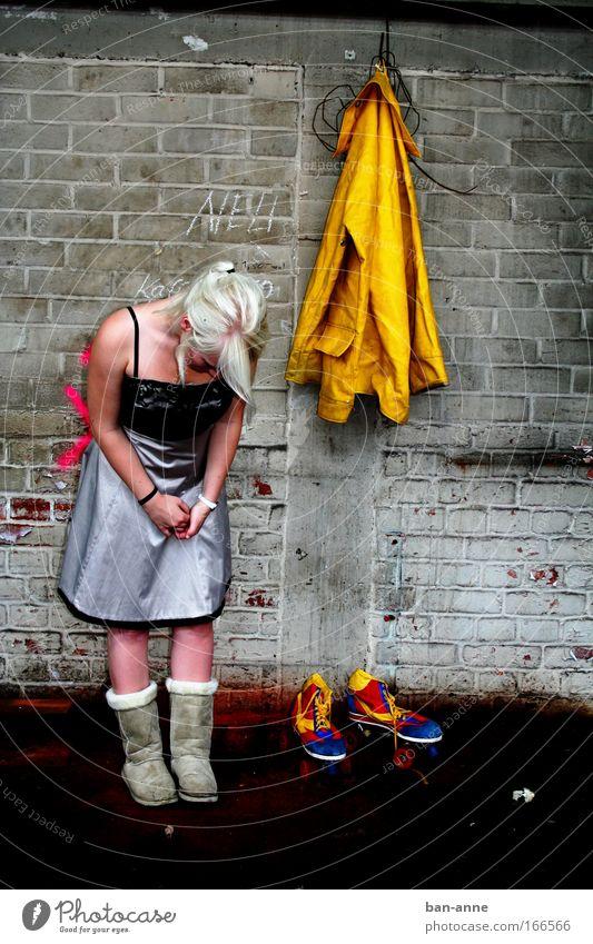 Schuhwechsel? Mensch Jugendliche blau rot Erwachsene gelb feminin Wand Stein Schuhe blond außergewöhnlich stehen Boden Kleid Neugier