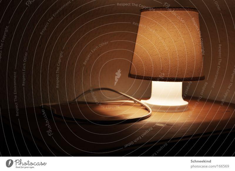 Schlafenszeit Farbfoto Innenaufnahme Detailaufnahme Menschenleer Textfreiraum links Nacht Kunstlicht Licht Zentralperspektive Wohnung einrichten