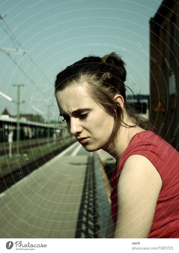 bestellt und nicht abgeholt... Mensch Frau Jugendliche Stadt schön Junge Frau 18-30 Jahre Erwachsene feminin Haare & Frisuren retro warten T-Shirt brünett
