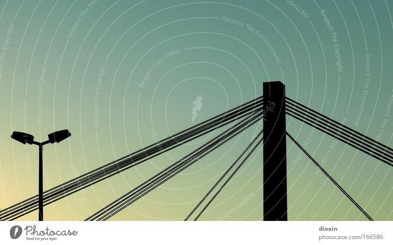 und wir fahr´n auch über Wasser Menschenleer Brücke Bauwerk Architektur Verkehr Verkehrswege hängen leuchten tragen gigantisch groß Kraft standhaft Wege & Pfade