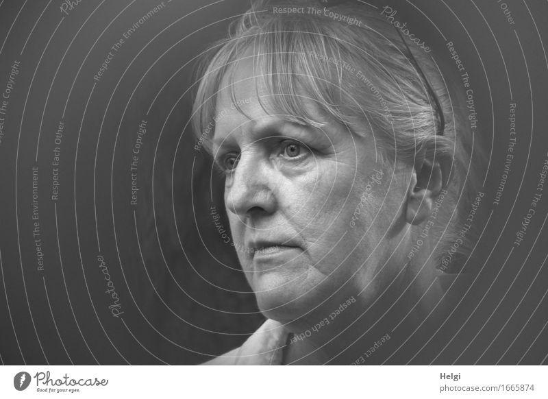 Porträt einer Seniorin, die nachdenklich in die Ferne schaut Mensch feminin Frau Erwachsene Weiblicher Senior Kopf Haare & Frisuren Gesicht 1 45-60 Jahre Blick