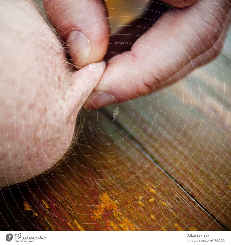 Nippelzwicker? Farbfoto Außenaufnahme Nahaufnahme abstrakt Textfreiraum unten Tag Schwache Tiefenschärfe Haut Arme Hand Finger Gelenk 1 Mensch dick dünn trashig