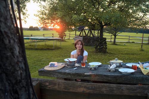 Brotzeit Ferien & Urlaub & Reisen Jugendliche Junge Frau Freude Essen feminin Glück Garten Tourismus Zufriedenheit Ausflug Lebensfreude Mahlzeit Picknick Vesper