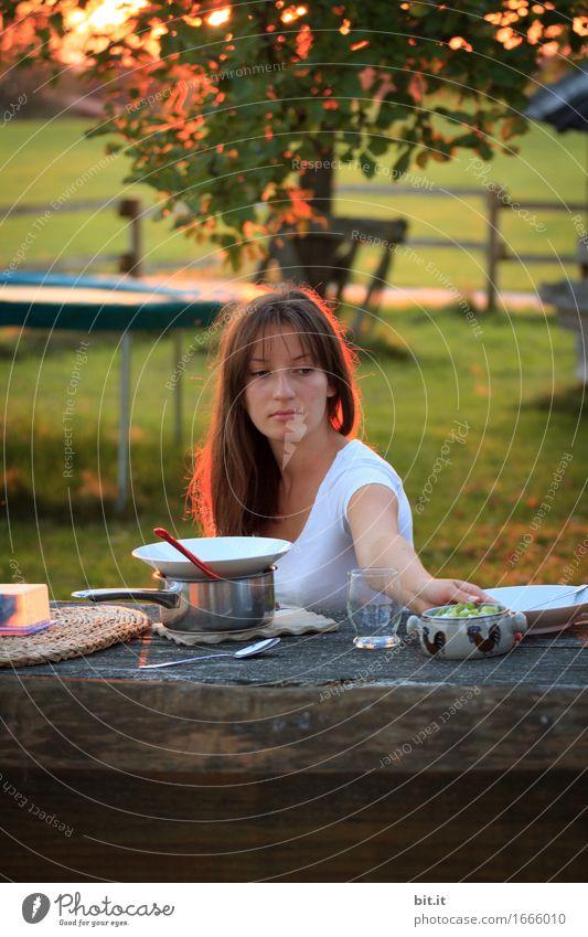 Brotzeit - der Salat Ferien & Urlaub & Reisen Natur Garten Glück Fröhlichkeit Mahlzeit Vesper Picknick Abendessen Farbfoto Außenaufnahme Dämmerung