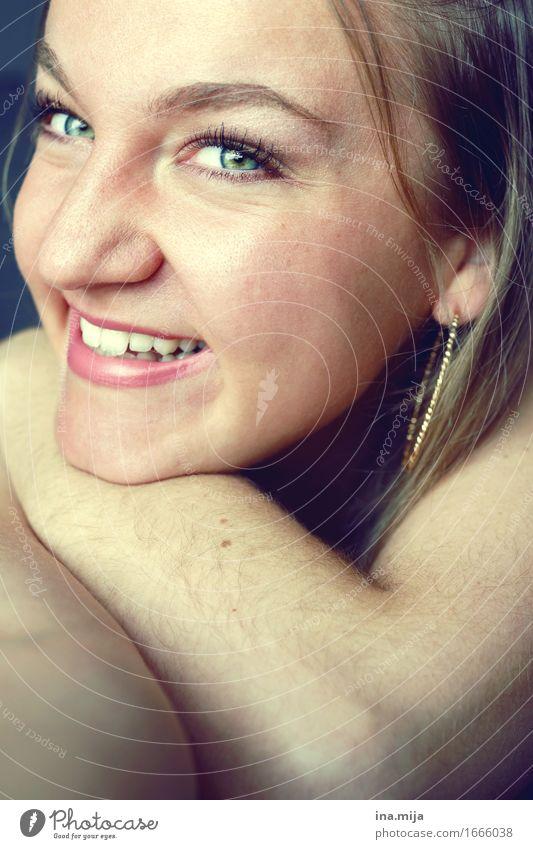:-D Mensch feminin Junge Frau Jugendliche Erwachsene Leben Gesicht 1 18-30 Jahre 30-45 Jahre Accessoire Schmuck Ohrringe Kreole blond langhaarig lachen schön