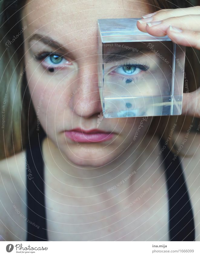 Den Durchblick behalten Mensch feminin Junge Frau Jugendliche Erwachsene Leben Gesicht Auge 1 18-30 Jahre 30-45 Jahre Blick bedrohlich geheimnisvoll