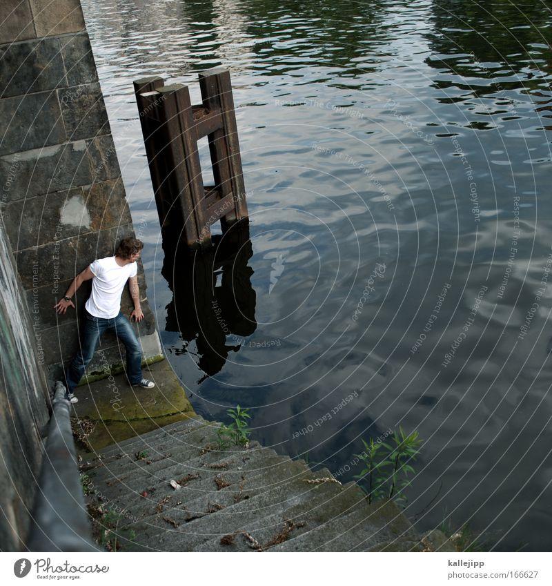 landungsbrücken raus Mensch Mann Wasser Meer Erwachsene Wand Küste grau Mauer Stein Wasserfahrzeug Wellen Angst Treppe beobachten Hafen