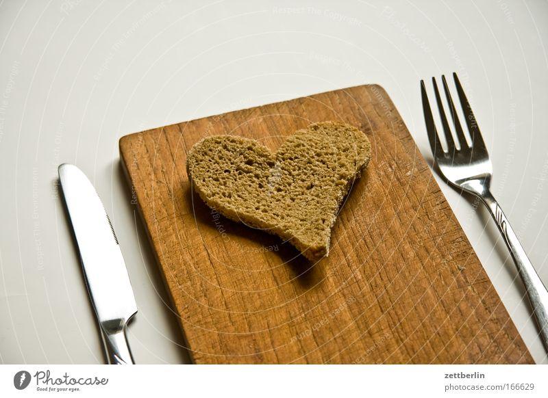 Herz Liebe Glück Ernährung Herz Lebensmittel Romantik Symbole & Metaphern Backwaren Frühstück Brot Holzbrett Holz harmonisch Messer Schneidebrett Besteck