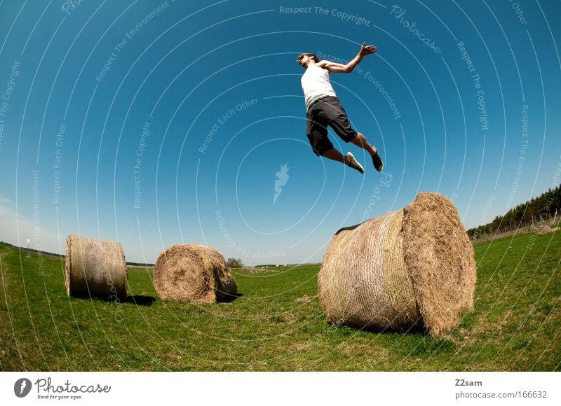 abgehoben Farbfoto Außenaufnahme Starke Tiefenschärfe Mensch maskulin 1 18-30 Jahre Jugendliche Erwachsene Landschaft Wolkenloser Himmel Sonne T-Shirt Hose