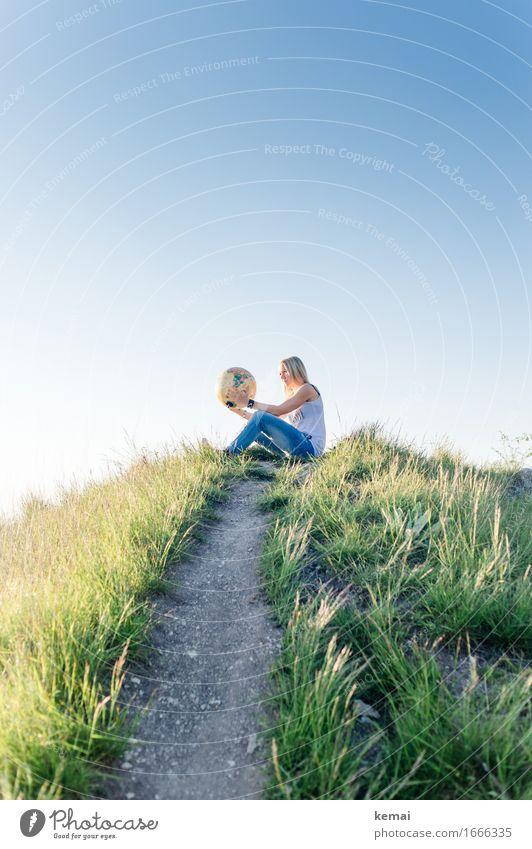 Junge blonde Frau auf Hügel mit Weltkugel in den Händen Lifestyle Stil Freizeit & Hobby Ferien & Urlaub & Reisen Abenteuer Ferne Freiheit Expedition Sommer