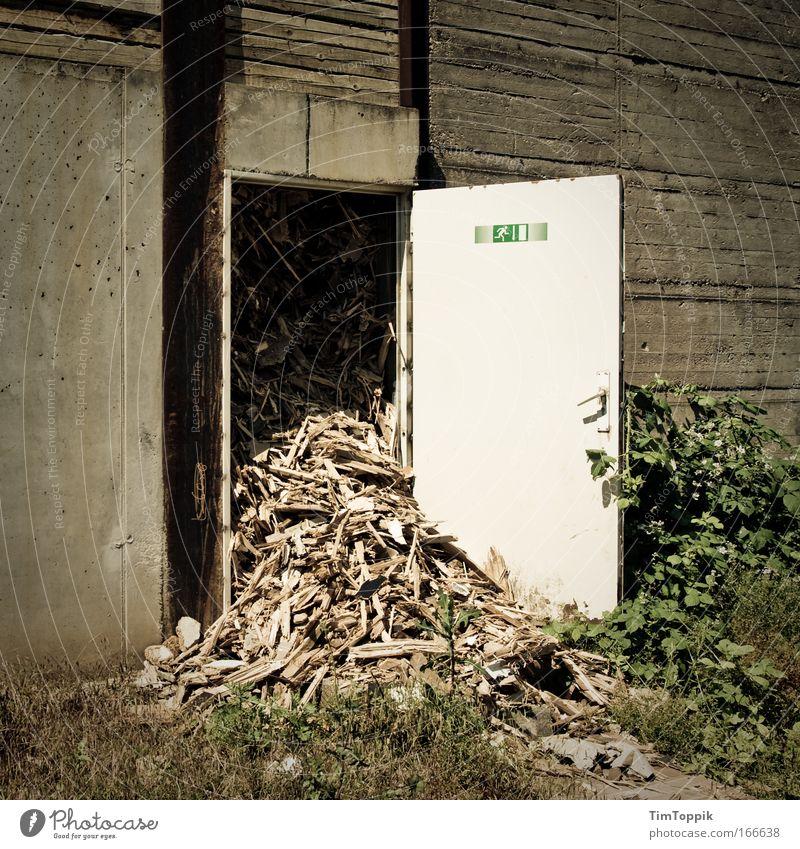 [PC-Usertreff Ffm]: Notausgang freihalten! Wand Mauer Tür Fabrik Müll chaotisch Desaster Industrieanlage Ausgang Schutz Notausgang Fluchtweg überfüllt Arbeitsschutz vollgestopft