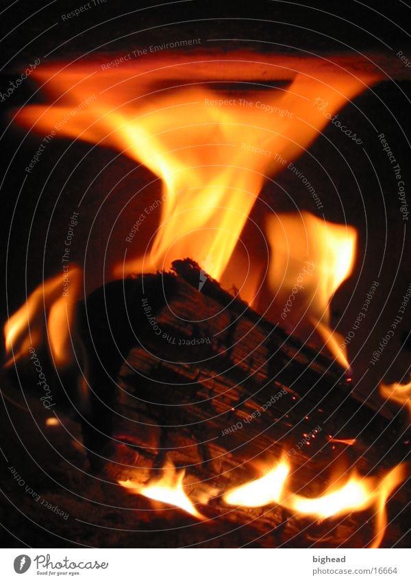 Kaminfeuer Holz heiß Physik rot Glut anzünden Streichholz brennen heizen orange zündeln Rascheln Winter schwarz Feuer Brand Wohnzimmer Flamme Wärme sehr warm