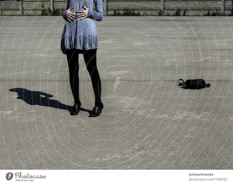 Essenszeit Jugendliche Erwachsene Junge Frau grau Beine 18-30 Jahre Platz Beton Kleid genießen dünn Appetit & Hunger Bauch Strumpfhose Tasche Vorfreude