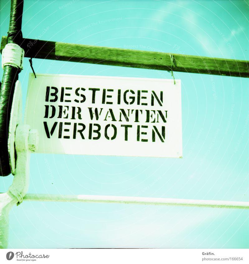 Höhenangst - negativ Himmel blau Wasserfahrzeug Schilder & Markierungen Hinweisschild Buchstaben Klettern Lomografie Segeln Warnhinweis Wahrzeichen Verbote
