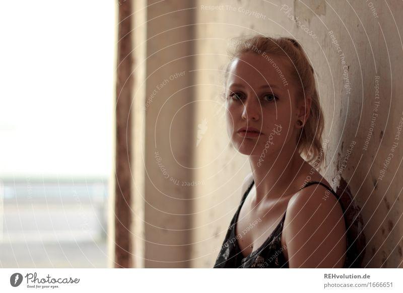 Alexa | Portrait Stil Mensch feminin Junge Frau Jugendliche Gesicht 1 18-30 Jahre Erwachsene Mauer Wand Mode Haare & Frisuren blond Zopf stehen alt authentisch