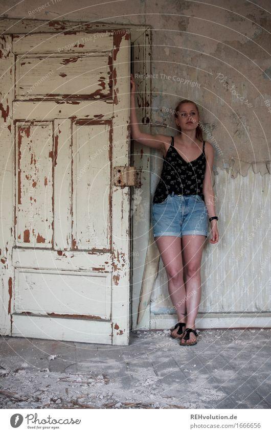 Alexa | mit Tür Mensch feminin Junge Frau Jugendliche 1 18-30 Jahre Erwachsene Mauer Wand Jeanshose Zopf stehen alt dunkel kaputt Stimmung Einsamkeit Verfall
