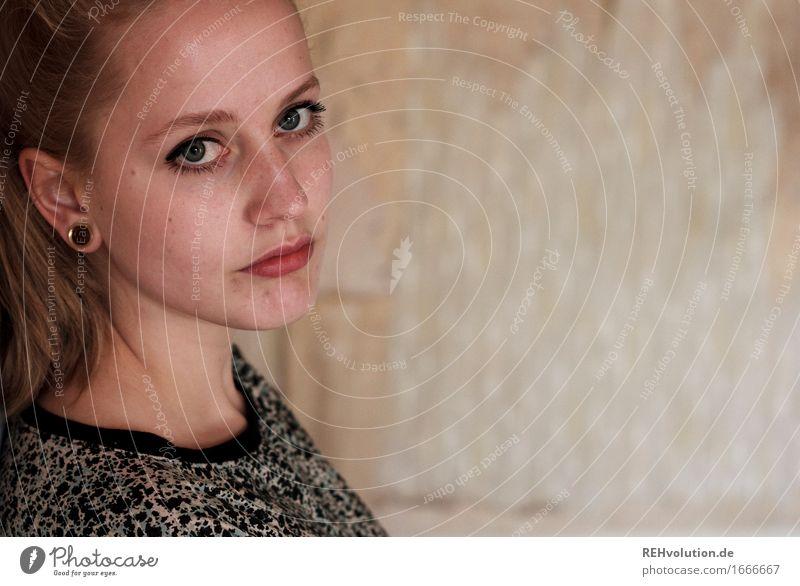 Junge Frau guckt in die Kamera schön Kosmetik Schminke Mensch feminin Jugendliche Erwachsene Gesicht 1 18-30 Jahre Ohrringe blond langhaarig Zopf Blick