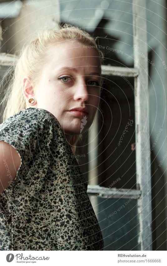 Alexa   zerbrochenes Fenster schön Gesicht Kosmetik Schminke Wimperntusche Mensch feminin Jugendliche 1 18-30 Jahre Erwachsene Mode T-Shirt Piercing blond