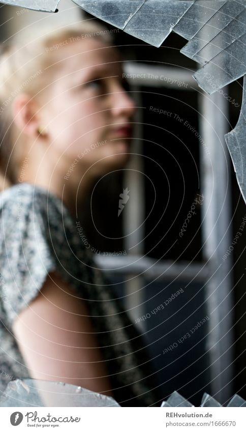 kaputt Mensch Frau Jugendliche alt Junge Frau Einsamkeit dunkel 18-30 Jahre Erwachsene feminin Stimmung Angst Glas blond stehen gefährlich