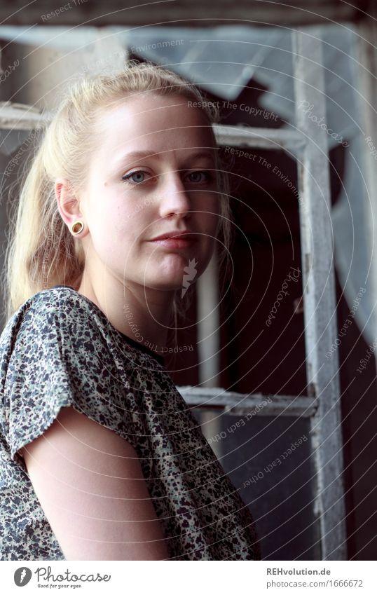 Alexa | am kaputten Fenster Mensch feminin Junge Frau Jugendliche Gesicht 1 18-30 Jahre Erwachsene Mode T-Shirt Piercing Haare & Frisuren blond langhaarig Zopf