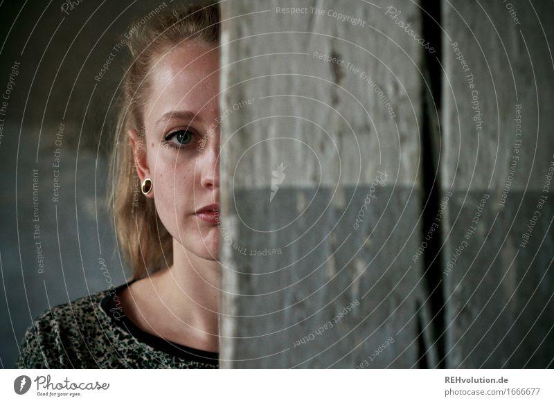 Alexa und der Balken Schminke Mensch feminin Junge Frau Jugendliche Erwachsene Gesicht 1 18-30 Jahre Ohrringe blond Zopf Blick stehen alt außergewöhnlich