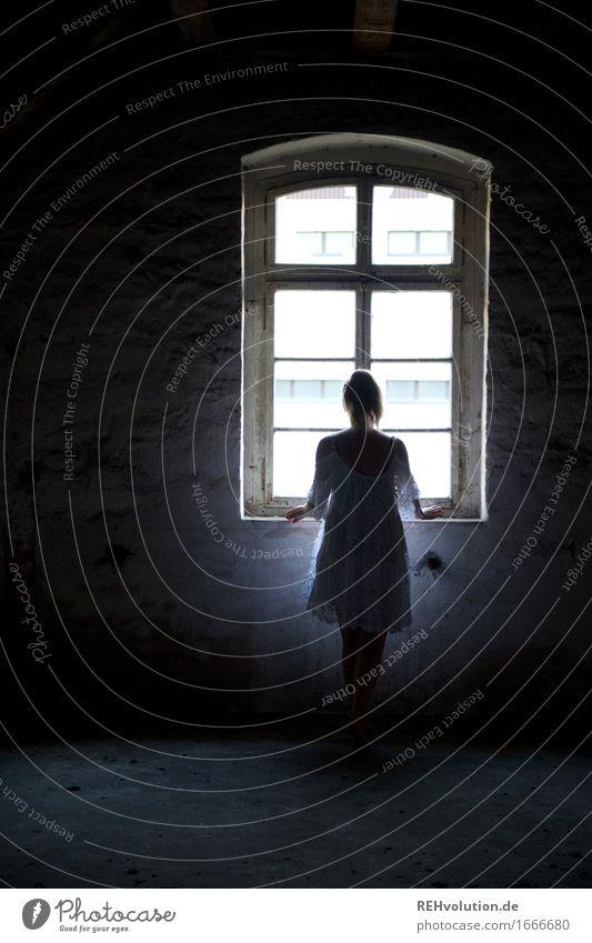 am fenster Mensch Jugendliche alt Junge Frau Einsamkeit ruhig dunkel Fenster 18-30 Jahre Erwachsene Wand Traurigkeit feminin Mauer außergewöhnlich Denken