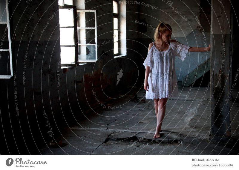 Alexa geistert Mensch feminin Junge Frau Jugendliche 1 18-30 Jahre Erwachsene Gebäude Abrissgebäude Mauer Wand Fenster Kleid blond Zopf stehen alt bedrohlich