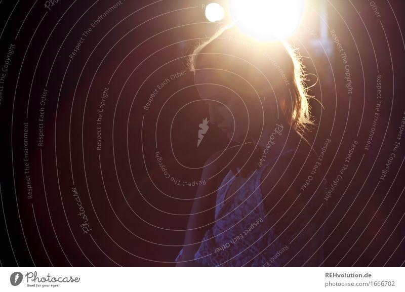 Alexa | im Gegenlicht Mensch feminin Junge Frau Jugendliche Erwachsene 1 18-30 Jahre Kleid Haare & Frisuren Zopf Denken leuchten außergewöhnlich schön gold