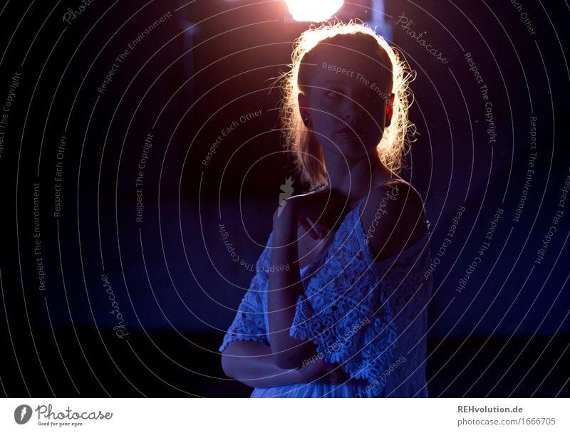 Alexa | im Gegenlicht Mensch feminin Junge Frau Jugendliche 1 18-30 Jahre Erwachsene Kleid Haare & Frisuren blond Zopf beobachten Denken leuchten stehen warten