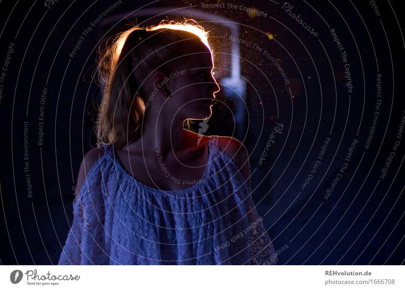 Alexa mit Feenstaub Mensch feminin Junge Frau Jugendliche 1 18-30 Jahre Erwachsene Kleid Zopf leuchten stehen alt außergewöhnlich dunkel trendy schön