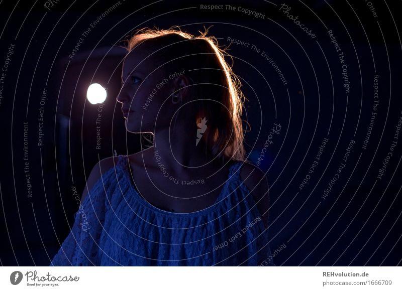 Alexa   leuchtet Mensch feminin Junge Frau Jugendliche Kopf 1 18-30 Jahre Erwachsene Kleid Ohrringe blond Zopf beobachten leuchten ästhetisch authentisch