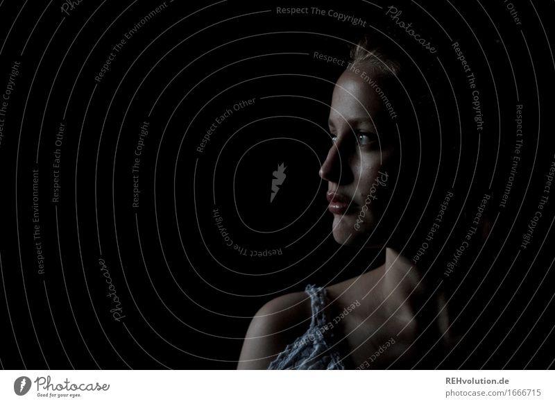 Junge Frau im Dunkeln schön Kosmetik Schminke Mensch feminin Jugendliche Erwachsene Kopf Gesicht 1 18-30 Jahre beobachten Blick ästhetisch dunkel elegant