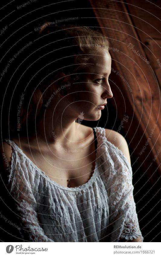 Alexa Mensch feminin Junge Frau Jugendliche Erwachsene 1 18-30 Jahre Kleid Piercing blond langhaarig Zopf beobachten Denken Blick stehen dunkel schön Stimmung