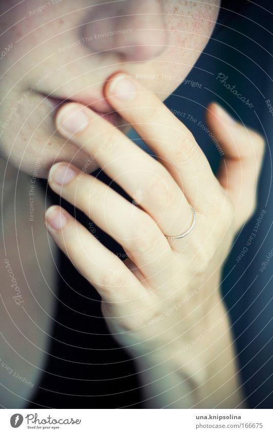 tu so, wie wenn das jetzt für immer so bleibt Mensch Frau Jugendliche Hand Einsamkeit Erwachsene Junge Frau feminin Gefühle Traurigkeit 18-30 Jahre Haut Mund Nase Finger berühren