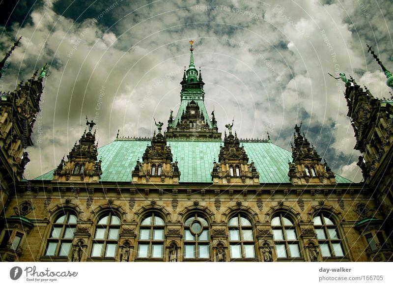 Dem Himmel so nah Farbfoto Außenaufnahme Tag Schatten Kontrast Schwache Tiefenschärfe Weitwinkel Haus Rathaus Bauwerk Gebäude Architektur Fassade Fenster Dach
