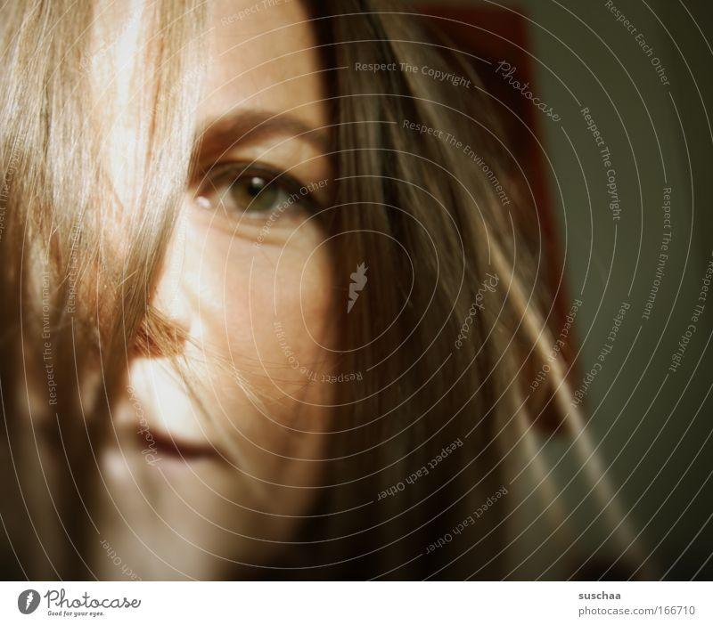 selbstportraits sind scheisse .. I Frau Mensch alt Gesicht Auge feminin Gefühle Haare & Frisuren träumen Kopf Traurigkeit warten Erwachsene Hoffnung authentisch