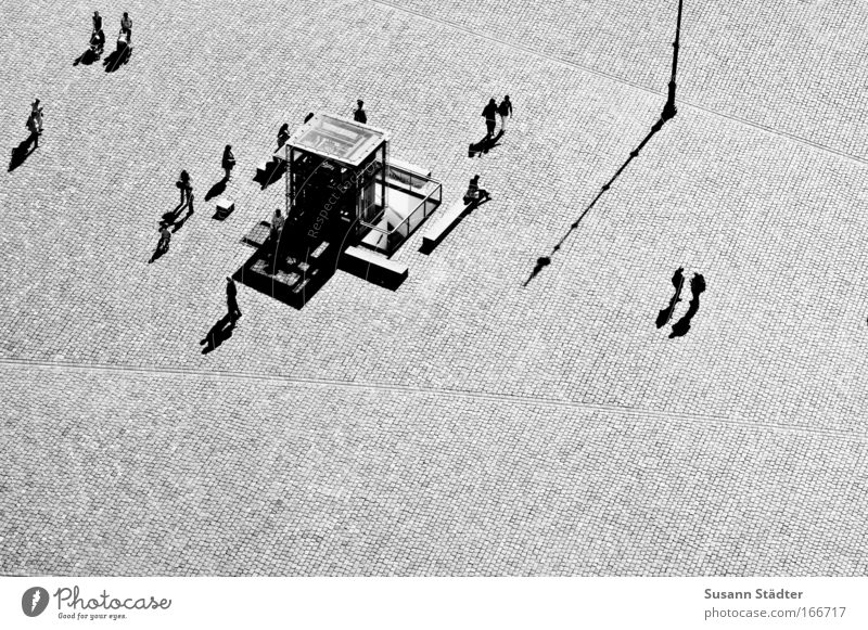 Wo Licht ist, ist auch Schatten Mensch Erholung Paar Zusammensein Kunst Architektur gehen laufen Vogelperspektive Platz paarweise Kirche Kommunizieren Schatten Denkmal