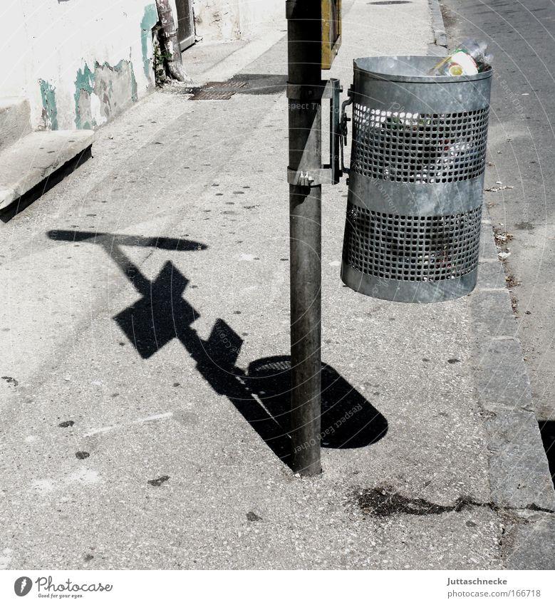 Bushaltestelle Straße grau warten dreckig Verkehr trist Müll Vergänglichkeit Bürgersteig hässlich voll Umweltverschmutzung Gitter Müllbehälter Haltestelle