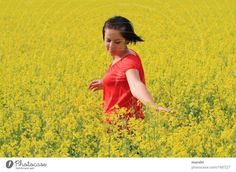 gelbes Gefühl Mensch Natur Jugendliche schön Sommer rot Landschaft Freude 18-30 Jahre Erwachsene Bewegung Gefühle feminin Frühling Glück