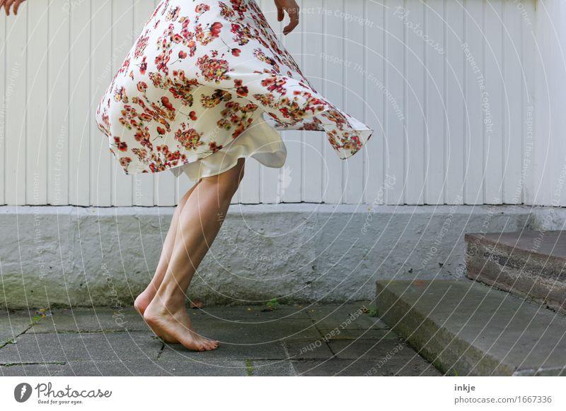 turn around Lifestyle Freude Freizeit & Hobby Frau Erwachsene Leben Beine Fuß Frauenbein 1 Mensch Rock Kleid Sommerkleid Blumenmuster geblümt drehen Tanzen