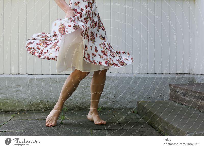 tanz Lifestyle Freude Freizeit & Hobby Frau Erwachsene Leben Beine Fuß Frauenbein 1 Mensch Mauer Wand Fassade Terrasse Mode Kleid Sommerkleid Blumenmuster