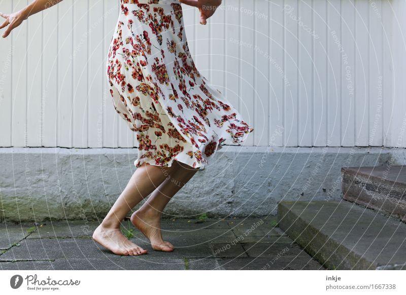 swing Lifestyle Freude Freizeit & Hobby Frau Erwachsene Leben Körper Fuß Frauenbein 1 Mensch Mauer Wand Treppe Fassade Terrasse Kleid Sommerkleid drehen Tanzen