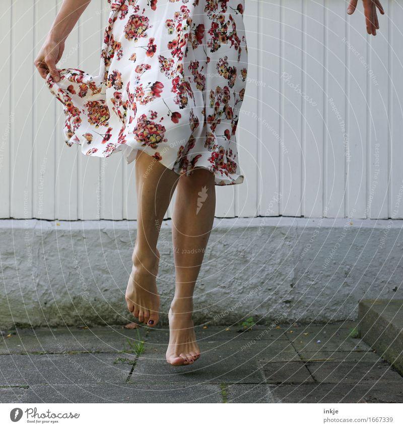 spring Lifestyle Freude Freizeit & Hobby Frau Erwachsene Leben Beine Fuß Frauenbein 1 Mensch Mauer Wand Fassade Terrasse Mode Kleid Sommerkleid geblümt