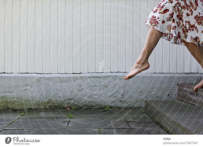 move Lifestyle Freude Freizeit & Hobby Frau Erwachsene Leben Beine Fuß Frauenfuß Frauenbein 1 Mensch Mauer Wand Treppe Fassade Terrasse Rock Kleid Sommerkleid